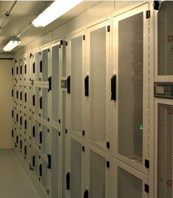 Widok na dzielone szafy serwerowe.
