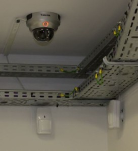 Kamera monitoringu CCTV i elementy systemu SWiN w serwerowni