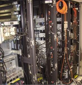 Tył szaf serwerowych w trakcie montażu urządzeń