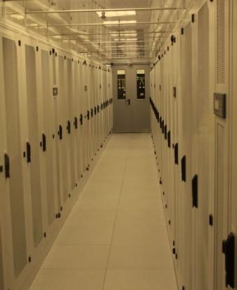 Widok przodów szaf serwerowych firmy Conteg w zabudowanym korytarzu chłodu